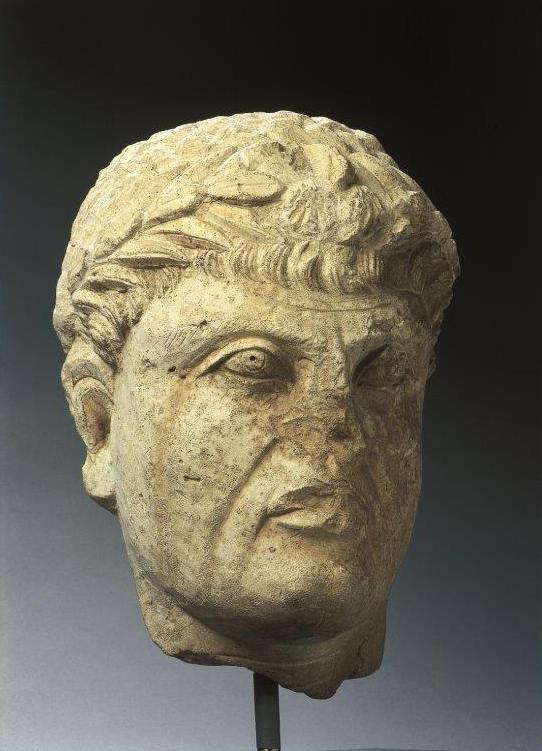 Tête de statue masculine