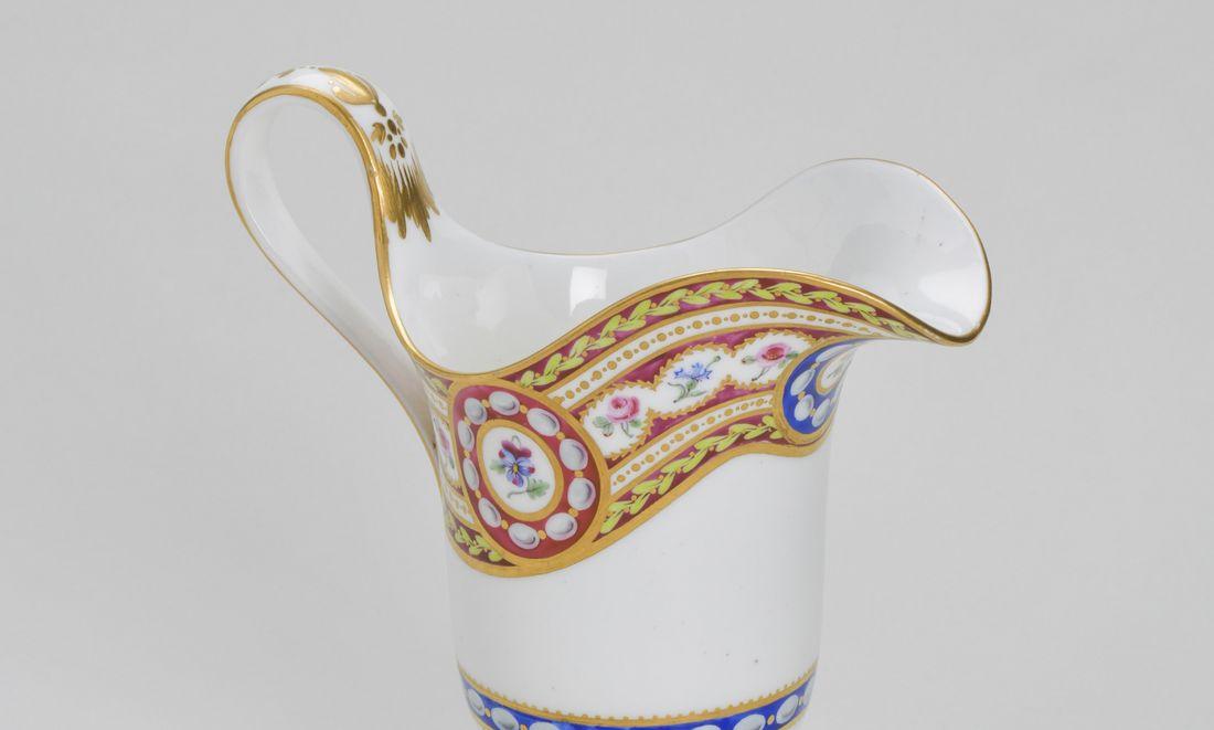 Un plateau et deux tasses à glace montés en écritoire et un pot à lait du service « riche en or et riche en couleur »